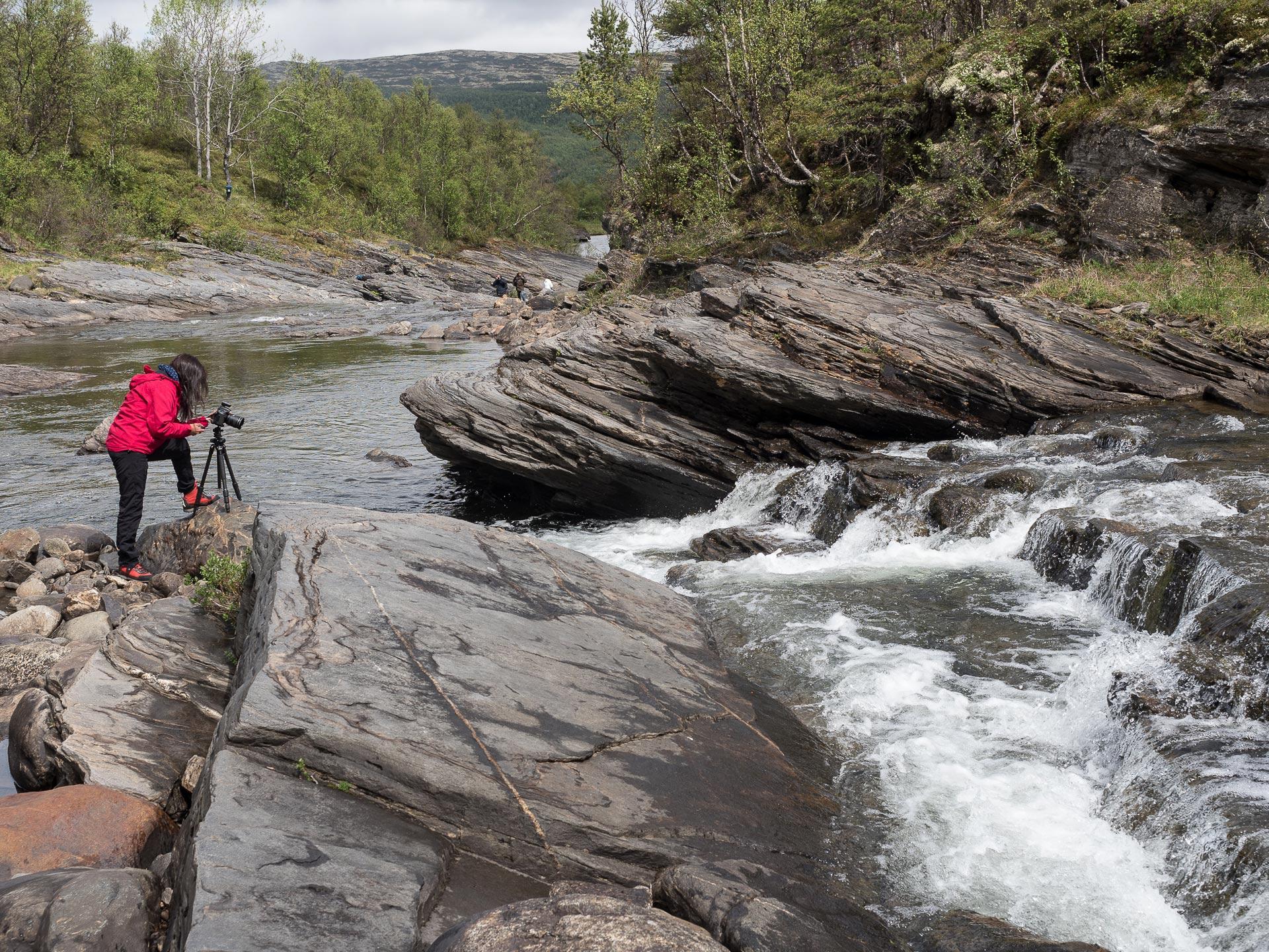 Kari Nystuen fotograferer foss i Orkla. (Foto: Håkon Trønnes)