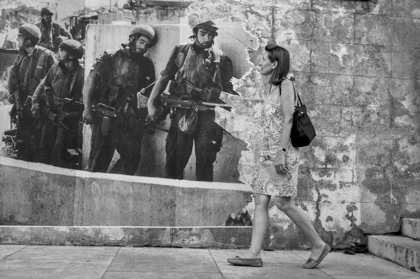 Watching soldiers. Foto: Steinar Haugland