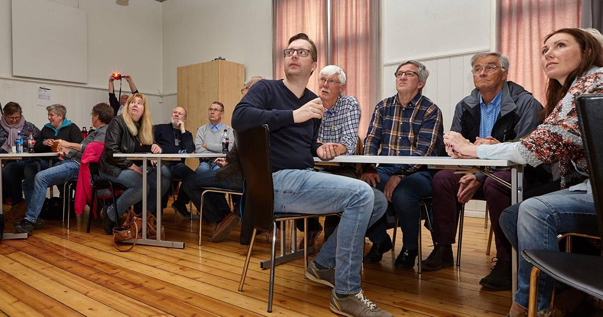 Bildevurdering i Arendal fotoklubb (foto: Leif Andersen)