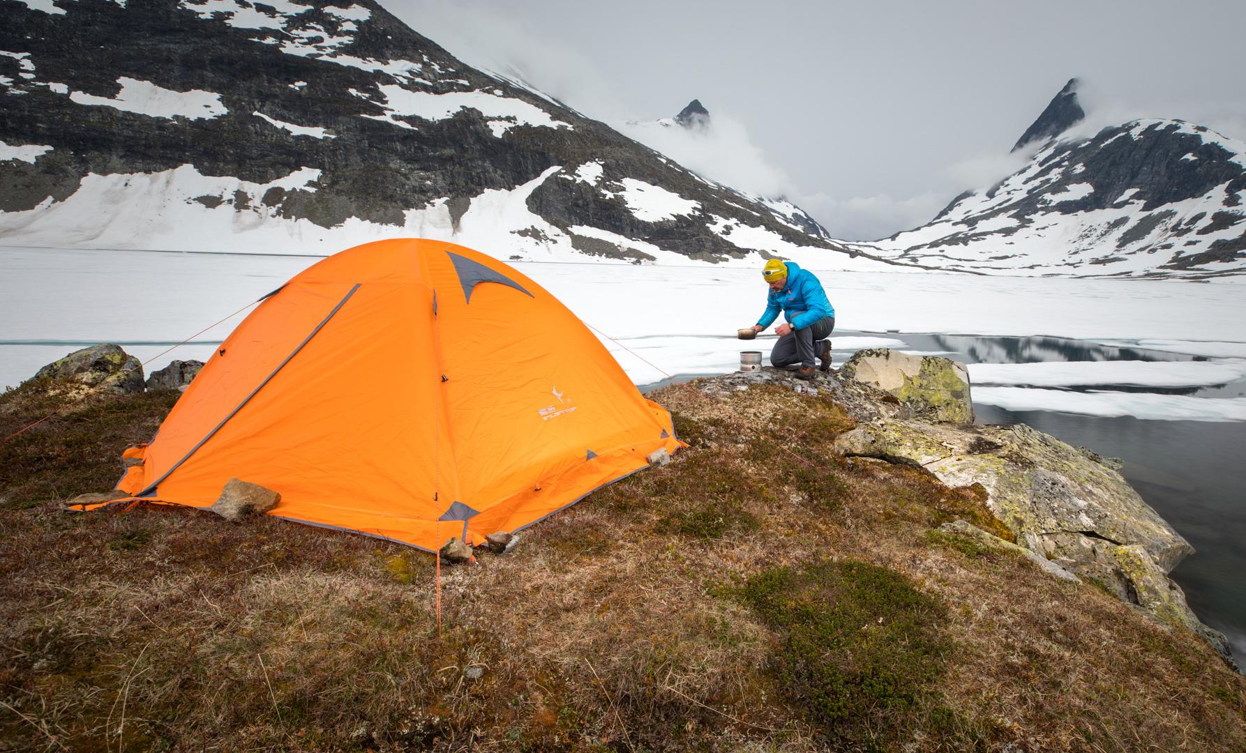 I et ellers grått landskap passer det bra med telt og klær med farge på. Lukkertid 4 sek, f/8, ISO 50, Canon EOS 5D Mark IV (foto: Henrik Strømstad)