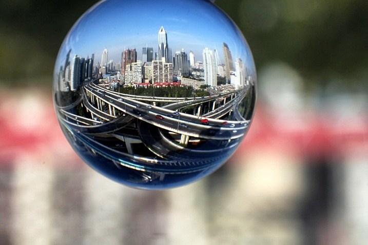 Fotografering med krystallkule (foto: Simon Bond)