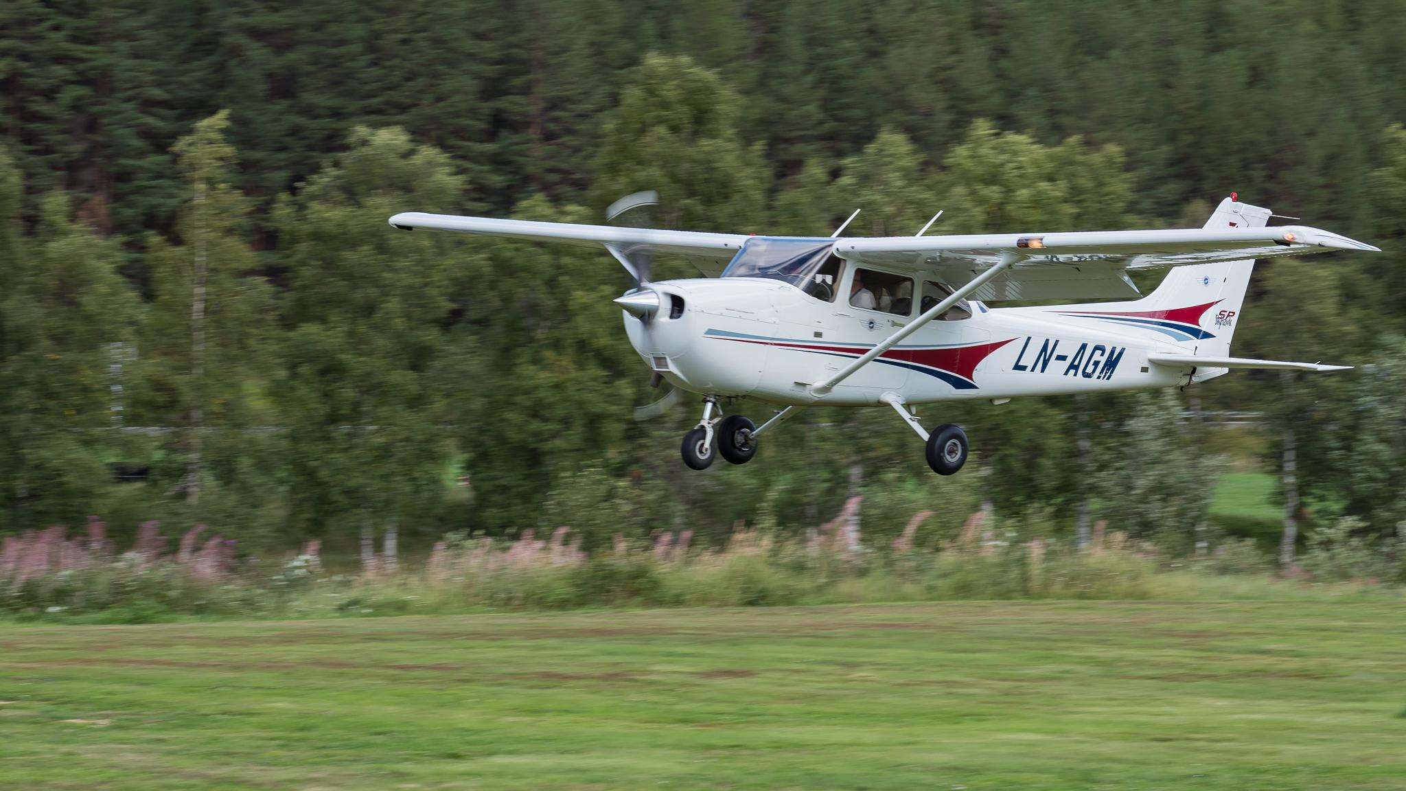 Fotografering av fly (foto: Håkon Trønnes)
