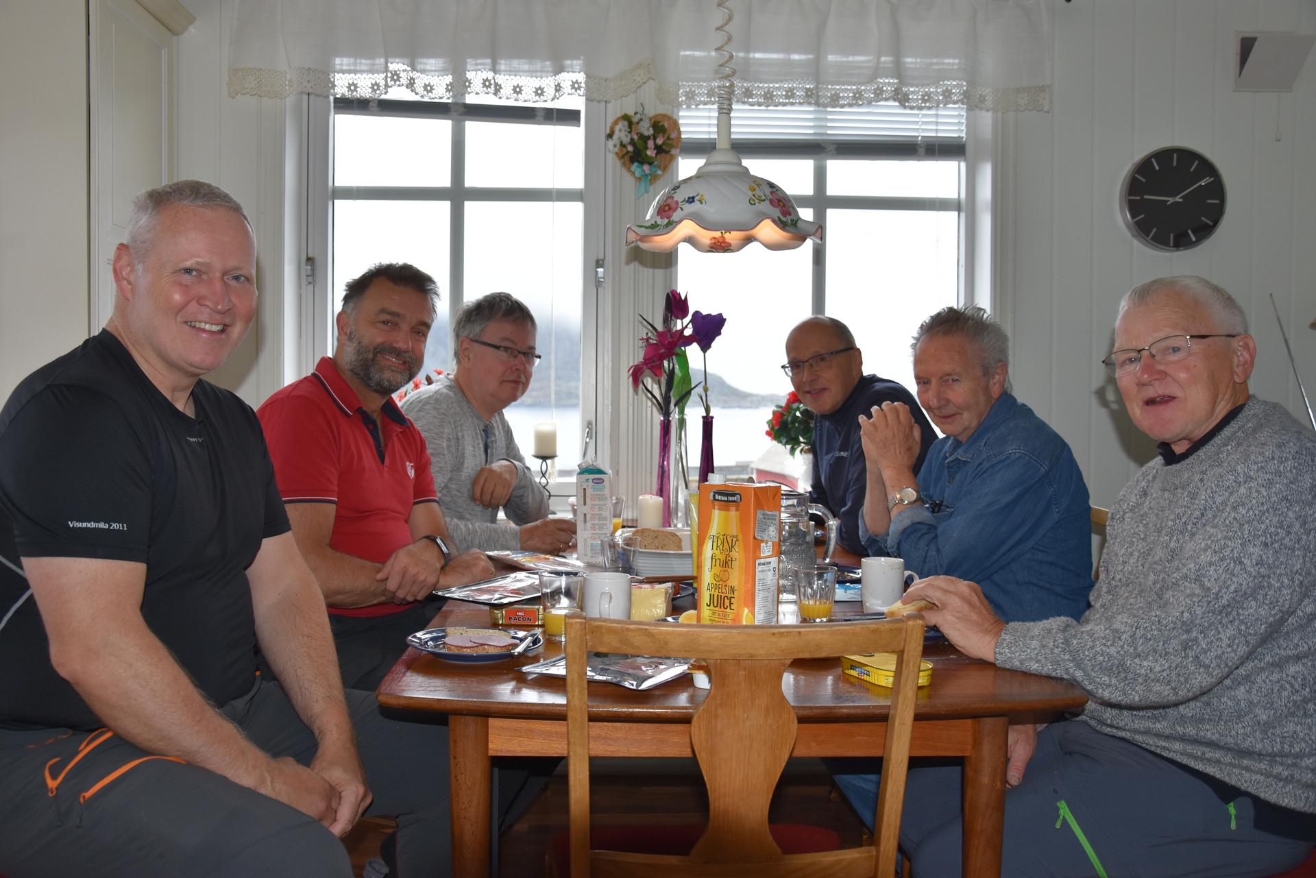 Turgruppa fra Bergen Fritidsfilmere ved frokostbordet