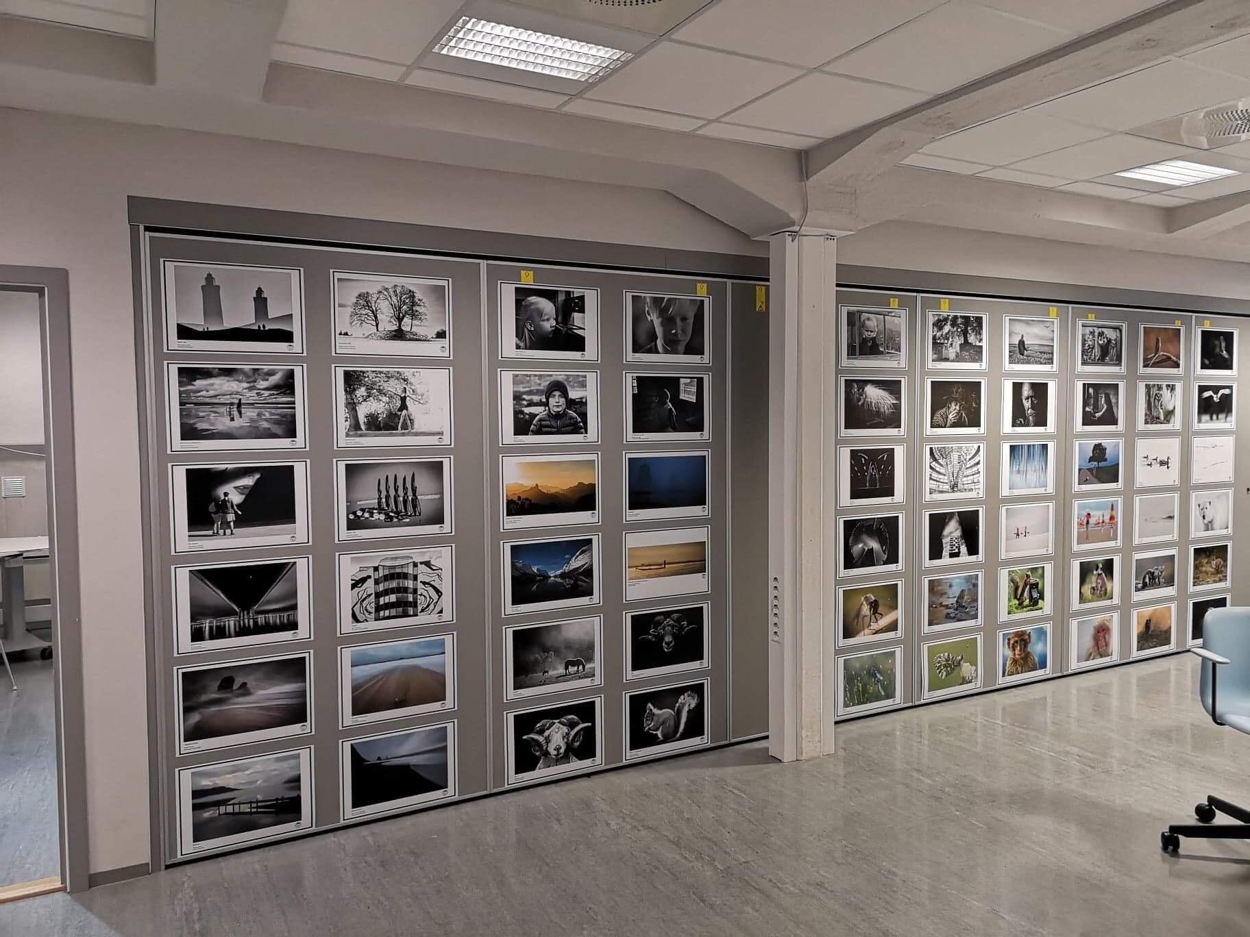 Et utvalg fra årets årbok på veggen! Foto: Jan Erik Bamrud