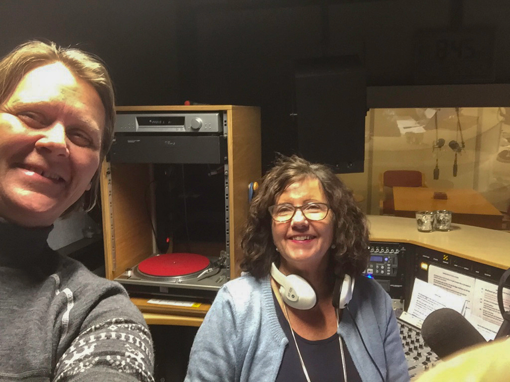 Hege Ødegård (t.v.) var på besøk hos Solveig Heldal i Radio L for å fortelle om ungdomstreffet.