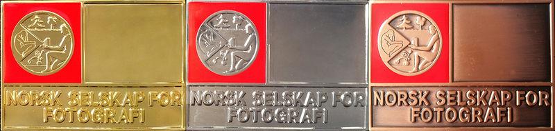 Plaketter med rød emalje