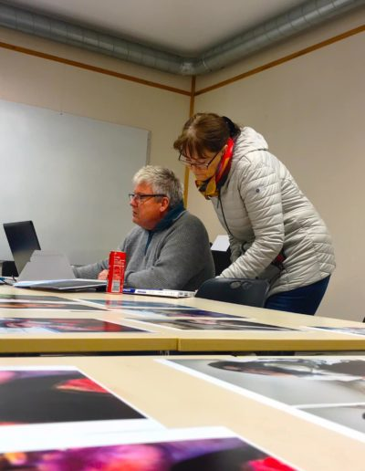 Utvelgelse av bilder til utstilling. Foto: Mette Eide