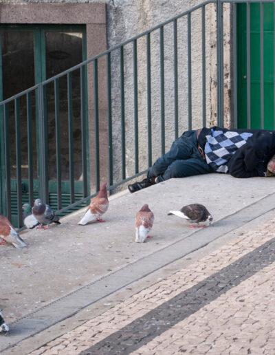 Mennesker i en by (Helge Aker)