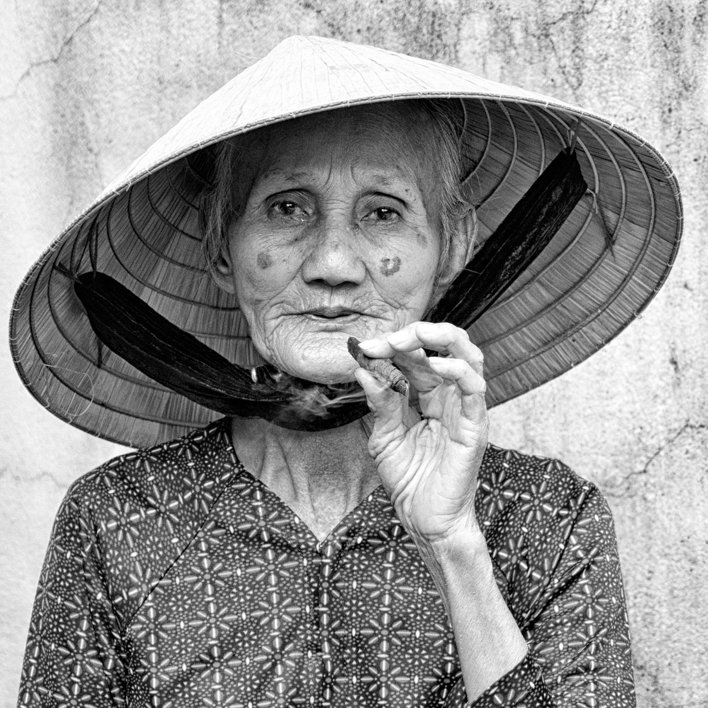 Old lady smoking cigar (foto: Tore Johan Birkeland, Drøbak fotoklubb)